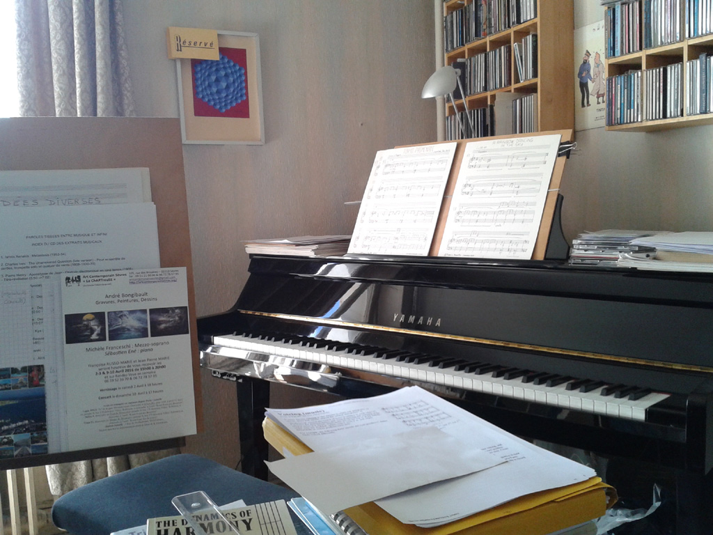 [photography of the studio with the piano]